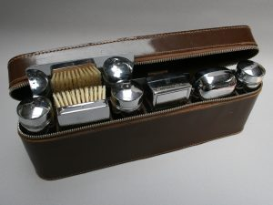 A Gentleman's brown leather travelling toiletry case